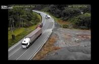 Camion se voltea en curva – Trailer bends in curve Brazil