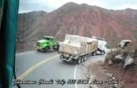 Complication pour le camion dans la courbe…