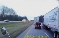 Un Jeep coupe de manière sauvage un camionneur