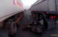 Un scootériste manque de se faire écraser par un camion