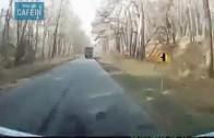 Ce chauffeur de camion est psychopate !! il explose un tracteur au passage