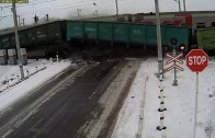 Camion VS train de marchandise : impossible de freiner sur une route glissante!