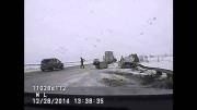 Un vidéo à coupé le souffle sur les effets de la glace noire sur les autoroutes. Accident spectaculaire.